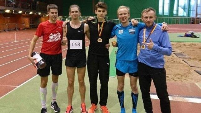 Vasakult: Karel Hussar, Kevin Väljaots, Kristian Otlot, Marti Medar ja treener Urmas Põldre pärast rekordjooksu.