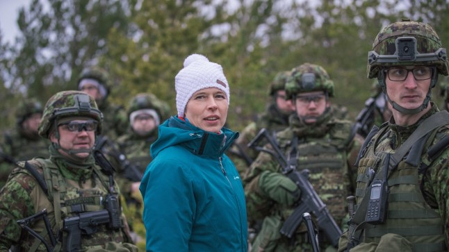 President Kersti Kaljulaid vaatamas, kuidas läheb reservväelastel välkõppusel Okas 2017.