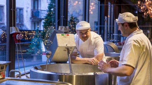 Juustutootmisele alusepanija Mihkel Kalbus ja juustumeister Vahur Kreitsman vaatavad Rae Meierei juustuvabrikus, kuidas juust valmib.