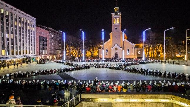 16. novembril jäi Eesti 100. sünnipäevani sada päeva ja sel puhul tantsis üle poole tuhande rahvatantsija Vabaduse väljakul, moodustades liivakella kujutava kontuuri.