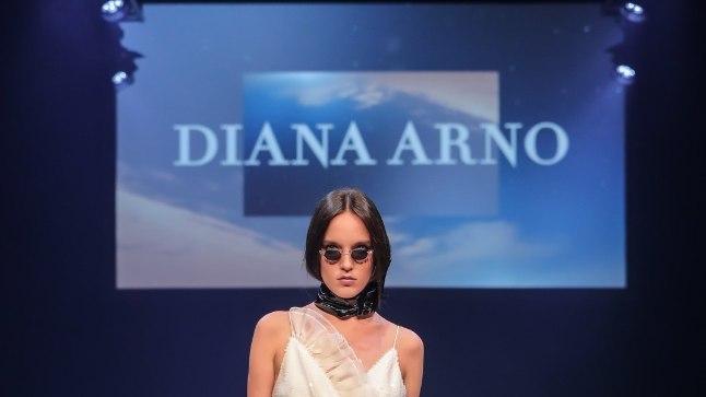 SÄRAVDiana Arno säärt paljastav valgete litritega kleit meenutab valget lund ja jahutavat jääd. Et rangust ja tugevust lisada, kanna seda näiteks mustade aksessuaaridega või tanksaabastega. Kui armastad värve, haara juurde lemmiktoonides väike käekott.