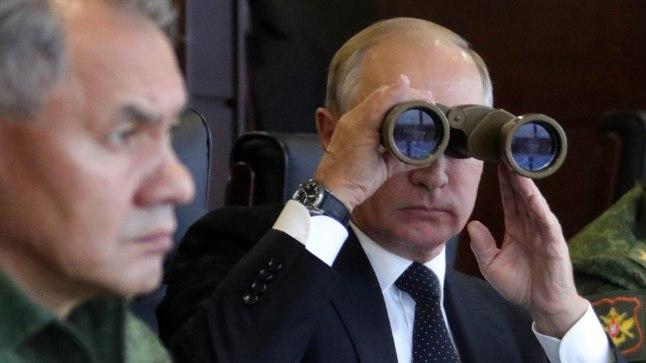 ÕPPUST JÄLGIMAS: Ajalehe Bild andmetel võtaks pildil õppust Zapad 2017 jälgiv Vladimir Putin sõjalise operatsiooni Balti riikides ette siis, kui tunnetab, et tema huvid on tõepoolest ohus.
