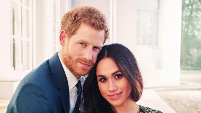 HIRMKALLIS KLEIT: Tänu osavalt valitud poosile ei paljasta kleidi kuldse tikandiga läbipaistev ülaosa prints Harry pruudi Meghan Markle'i ihu ülemäära palju.