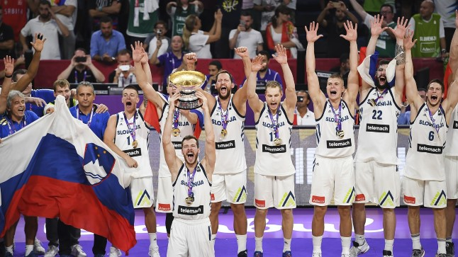 Sloveenia korvpallurid tähistamas.