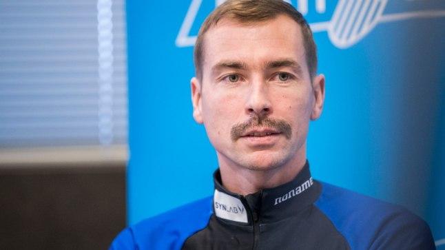 Indrek Tobreluts ja tema kuulus vunts laskesuusakoondise hooajaeelsel pressikonverentsil. Tänaseks on mehe ninaalune puhas.