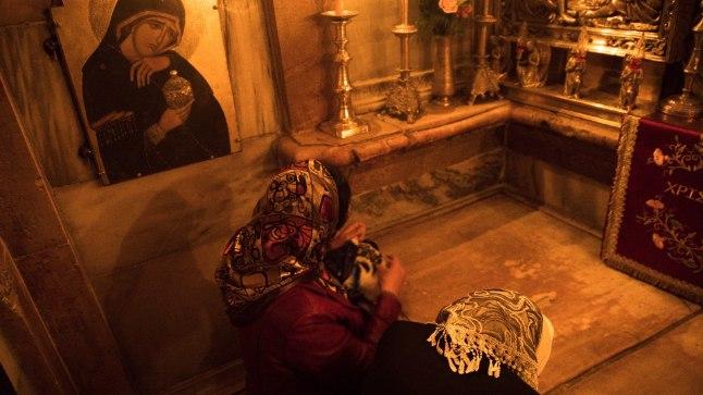 Palvetajad Püha Haua kirikus Jeruusalemmas