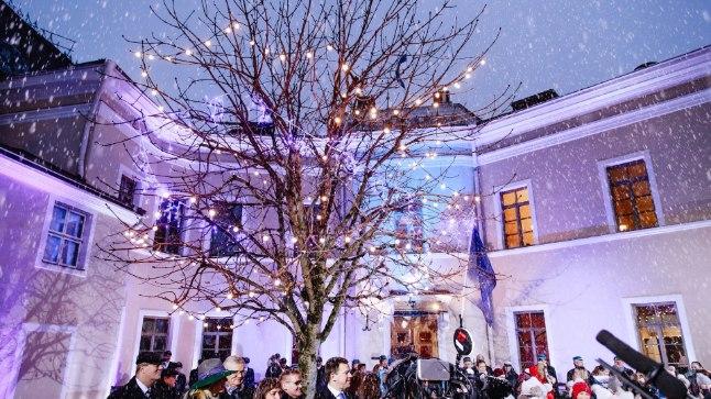 Tallinnas algas Soome 100. sünnipäeva tähistamine hommikul kell 8:40 piduliku hümni ühislaulmisega Soome suursaatkonna juures.