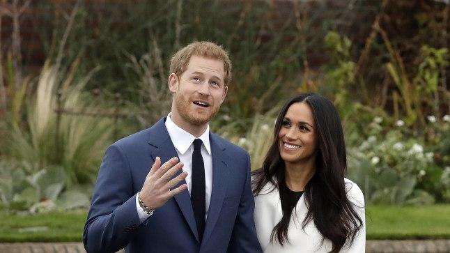 KIHLUS: Briti prints Harry ja kallim Meghan Markle poseerivad fotograafidele esimest korda pärast kihluse teatamist Kensingtoni palee aias Londonis. Näitlejanna kandis valget mantlit Toronto brändilt Line the Label, P.A.R.O.S.Hi rohelist kleiti ja oma lemmikuid nahatooni Aquazurra kontsakingi.