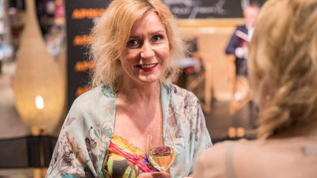 """Kirjanik Evelin Kivimaa esitles oma uut raamatut """"Muusa ja tema kunstnik"""" Solarise Apollo raamatupoes."""