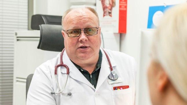 Dr Toomas Põld tervisekontrollil soovitusi jagamas.