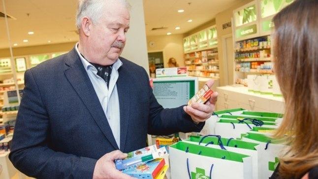 Jüri Tamm uurib, milliseid tooteid laste heaks annetati.