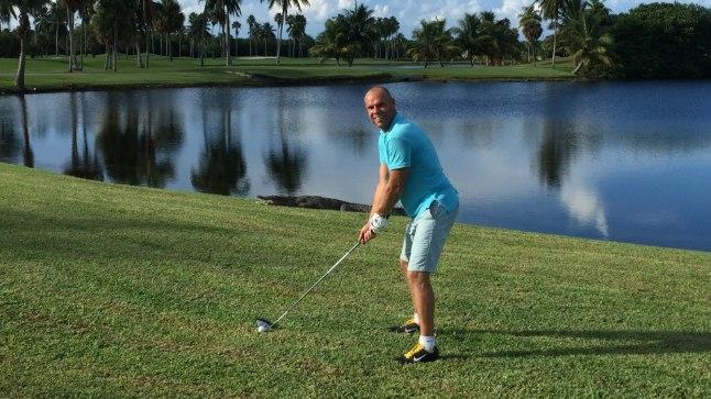 EKSTREEMNE GOLF: Kodusel Suuresta väljakul lendab Joel Lindpere golfikepp mõne ebaõnnestunud löögi järel tiiki, kuhu sellele tuleb siis järele sumbata. Floridas endale sama lubada ei saanud, sest golfiväljaku veekogud kubisesid alligaatoritest.