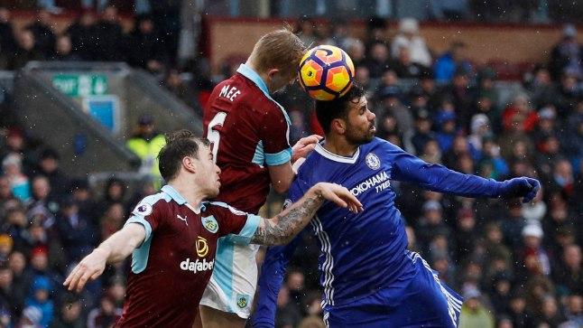 Chelsea staar Diego Costa võitleb Burnley kaitsjatega palli pärast.