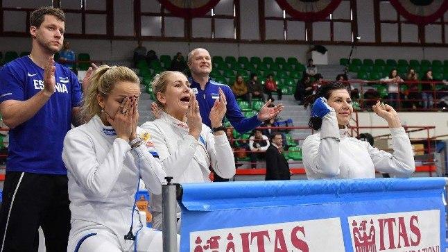 Erika Kirpu,(vasakult), Kristina Kuusk ja Julia Beljajeva elavad kaasa Irina Embrichi matšile.