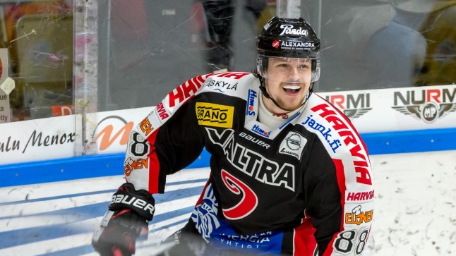 Jyväskylä JYPi ründaja Robert Rooba rõõmustab reedel Soome kõrgliigamatšis Lappeenranta SaiPa vastu visatud värava üle.