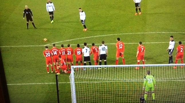 Philippe Coutinho peitus müüri taha.