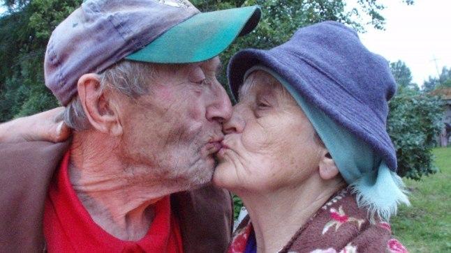 EI TA ROOSTETA! Armastus ei ole noorte eesõigus. Aino ja Augusti vahel on särinat ka vanuigi.