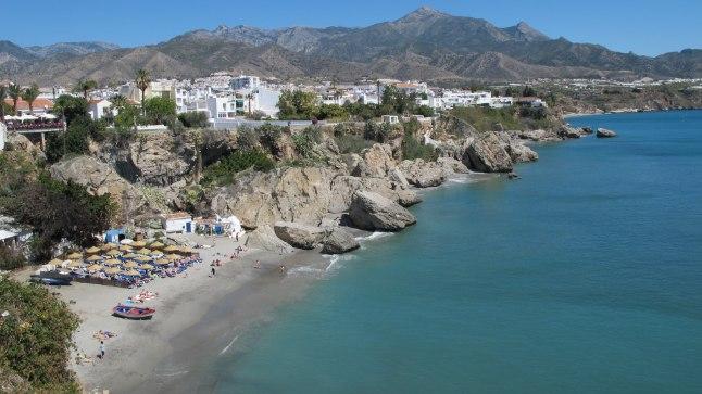 IDÜLL: Imekaunis rand Hispaania päikeserannikul Nerjas. Hispaania valitsuse värske raporti järgi tuleb puhkajatel tänavu karta terroristide võimalikku rünnakut.