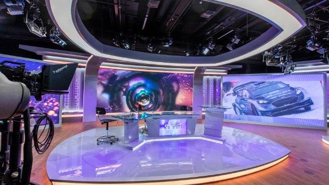 Uudiste telestuudio sisustus koosneb valgusteist, suurtest ekraanidest ning muudetava kõrgusega kaaslaudadest.