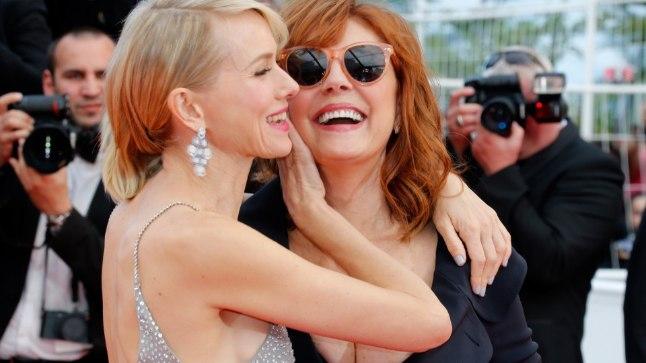 """Susan Sarandon lustis koos kolleeg Naomi Wattsiga filmi """"Money Monster"""" esilinastusel."""