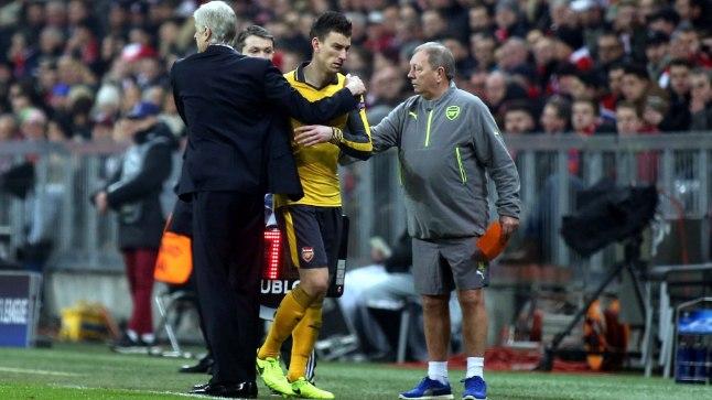 Arsene Wenger mängust lahkunud kaptenit embamas.