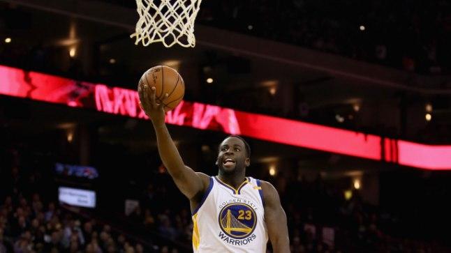 HÄRRA MITMEKÜLGNE: Golden State Warriorsi Draymond Green (palliga) on NBA üks universaalsemaid mängumehi. Eelmisel nädalal kirjutas ta oma nime rasvaste tähtedega liiga ajalukku.