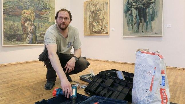 Peeter Talvistu mullu novembris Elmar Kitse näitust üles panemas.