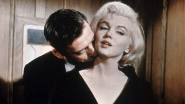 """VÕTTEPLATSIL SÜNDINUD AFÄÄR: Marilyn Monroe ja Yves Montand filmis """"Let's Make Love"""" (1960)."""