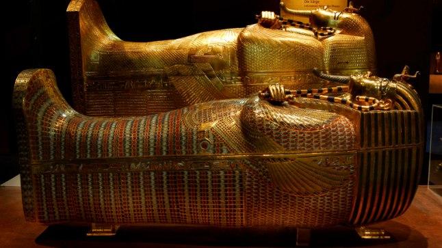 1925. aastal avati Tutanhamoni sarkofaag, mis koosnes kolmest üksteise sees olnud kirstust. Pildil keskmine ja välimine kirst.