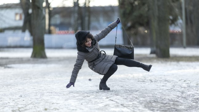 Tänavad ohtlikult libedaks muutnud jää on traumapunkti saatnud kümneid inimesi. Kiirabi peaarsti sõnul jää märgatavalt töökoormust suurendanud ei ole.