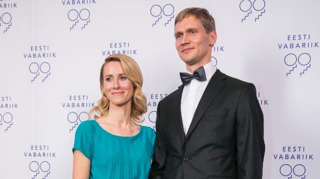 Kaja kandis vastuvõtul Aldo Järvsoo idee järgi spetsiaalselt vastuvõtuks tehtud türkiissinist kleiti.