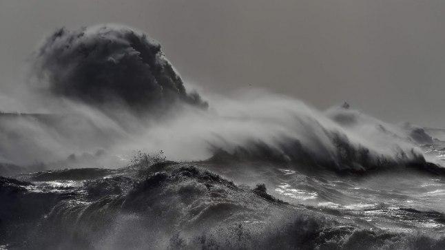 Torm nimega Doris pillutamas lained Newhaveni majaka juures 23. veebruail