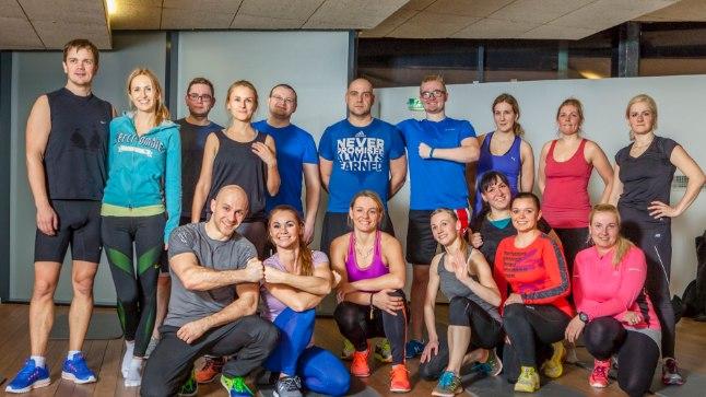 """Arigato spordiklubi """"Suveks rannavormi"""" treeningprogrammis osalevad koos nii mehed kui naised. Esireas vasakult treenerid Roman ja Egle, paremas servas Ruti ja Külli."""