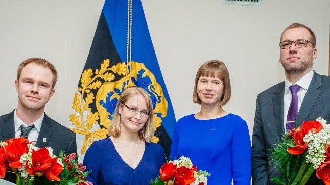 Fotol vasakult: IT-teadlase eripreemia laureaat Maksim Jenihhin, noore teadlase eripreemia laureaat Heli Lukner, president Kersti Kaljulaid ja noore teadlase preemia laureaat Tõnu Esko.
