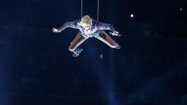 Lady Gaga pakkus Super Bowlil verdtarretava elamuse, kui ta hüppas Houstoni NRG staadioni katuselt alla.