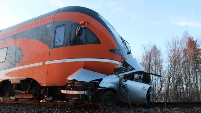 ELU JÄRSK LÕPP: Rongiga kokku põrganud autos olnud meestel polnud mingit elulootust.