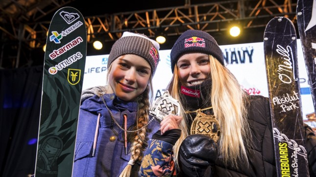 Kelly Sildaru ja Lisa Zimmermann X-mängudel, mis on FISi võistlustest palju sportlassõbralikumad.