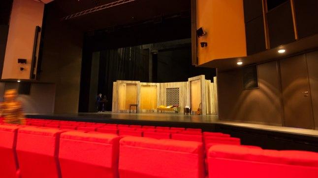 PUNASE TAGASITULEK: Renoveerimisega tekkis lavale 60 ruutmeetrit lisaruumi, mistõttu on Ugala teatril nüüdsest Eesti suurim lava – tervelt 450 ruutmeetrit. Suures saalis on  taas tulipunased klapptoolid. Täpselt nii, kuis aastal 1981. Kuid et tooliridu nihutati, on endise 512 koha asemel 538 istekohta.