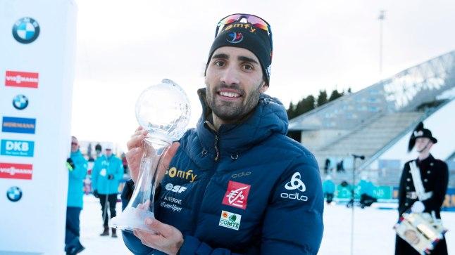 Võidukas Martin Fourcade üldsarja võidu eest saadava kristallgloobusega.
