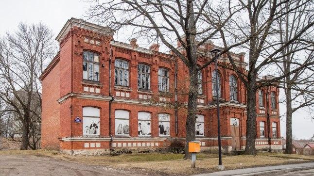 PAIDE RAHVAS RÕÕMUSTAB: 1910. aastal Paide tütarlaste gümnaasiumiks ehitatud koolimajja, mis on 2001. aastast saati tühjana seisnud, on plaanis rajada loodav riigigümnaasium.