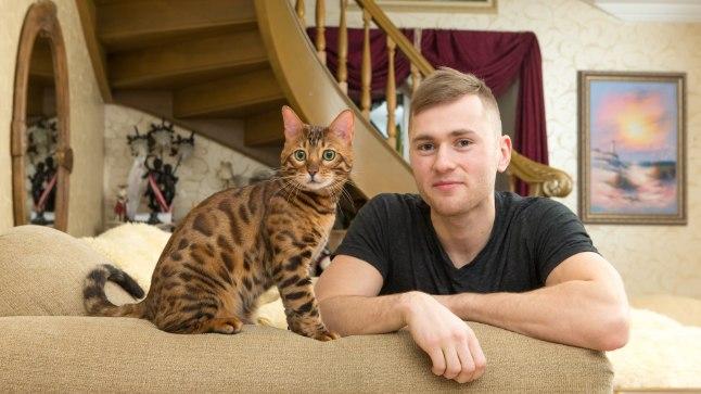 SÕBRAD: Kui reeglina on kassid üsna isepäised ega lase ennast kamandada, siis Müstik on tänu peremehe Marek Tšernjavski kannatlikkusele tõeliselt osavaks treenitud.