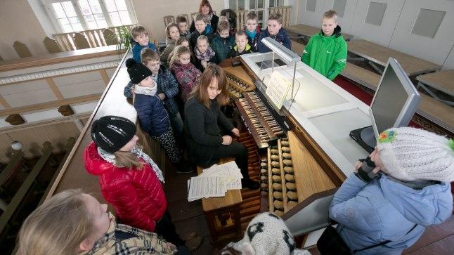 Hetk mulluselt Muusikamoosilt: organist Kristel Aer tutvustab Vanalinna Põhikooli lastele orelimängu.