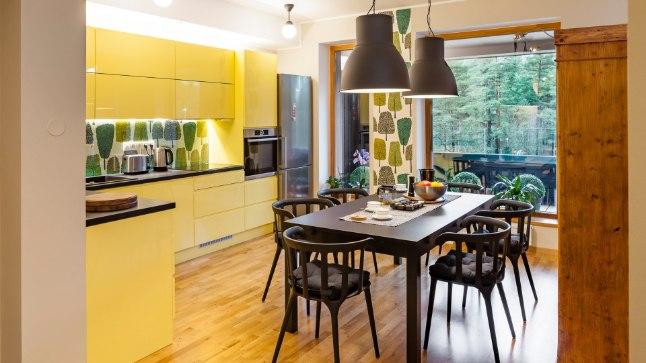 Korteri sisustamisel on sobitatud harmoneeruvaid värvitoone, mustreid ja viimistlusmaterjale. Näiteks puumotiividega seinakate on sobiv jätk aknast avanevale Nõmme männimetsale.