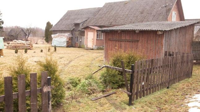 SISSE: Läbi aia ja taluhoovi kihutanud juht jõudis napilt enne tuulekoda kõrvale pöörata.