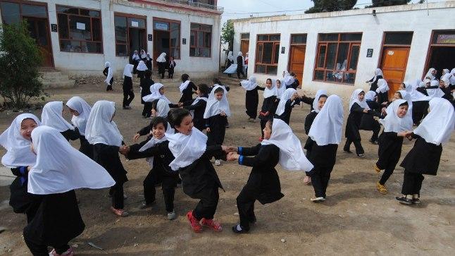 Afgaani tüdrukud kooliaias mängimas.