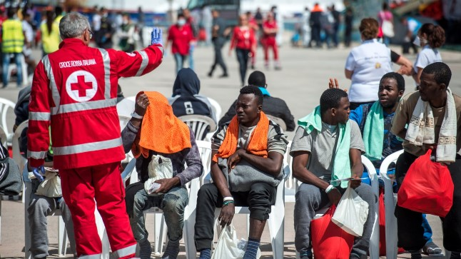 PÄRAL! Üle Vahemere Sitsiiliasse jõudnud immigrandid oma edasist saatust ootamas. Põhimõtteliselt võivad need tegelased lõpuks ka Eestisse jõuda.