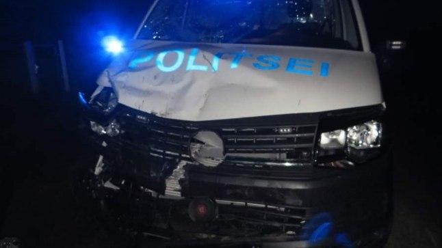 ESIOSA LÄBI: Operatiivsõiduk sai kokkupõrkel suuri kahjustusi.