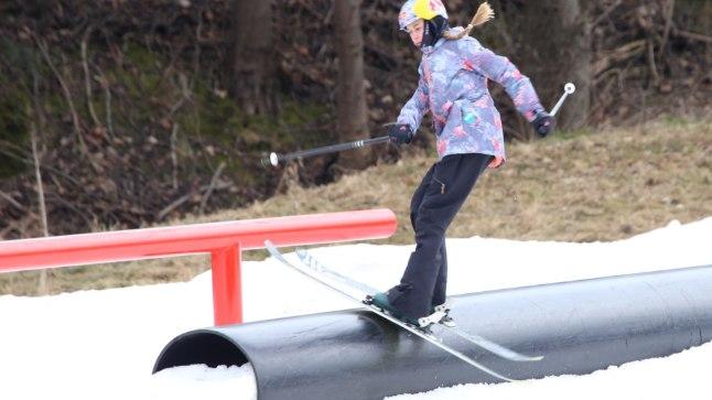 Kevade saabumise ajal lustis Sildarude pere ja kohalikud suusafännid Viimsis Vimka lumepargis.