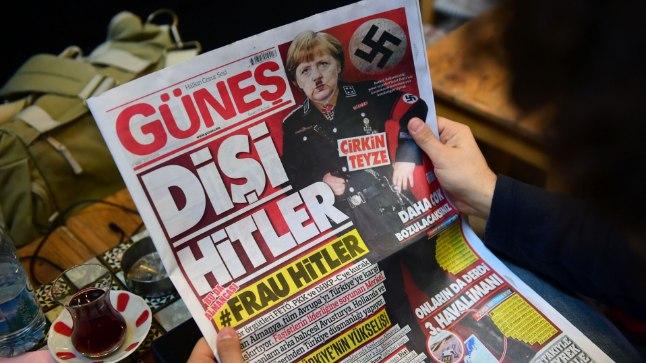 TÜLI: Türgi president Recep Tayyip Erdogan süüdistas Saksamaa liidukantslerit Angela Merkelit natsimeetodite kasutamises ja ajaleht Günes kujutas esiküljel Merkelit Hitlerina.