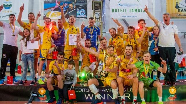 Kevin Saar ja ülejäänud Rakvere võrkpallurid suurvõitu tähistamas.